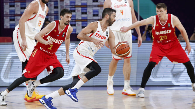 Navarro sube la pelota perseguido por Shved.