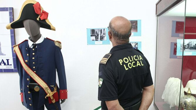 El alcalde conversa con concejales y policías, ayer en la inauguración de la exposición.