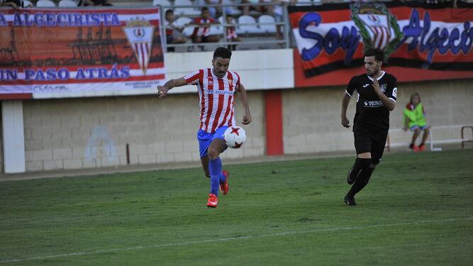 El algecireño Jesús Ayala corre con el balón, el pasado domingo ante el Alcalá.