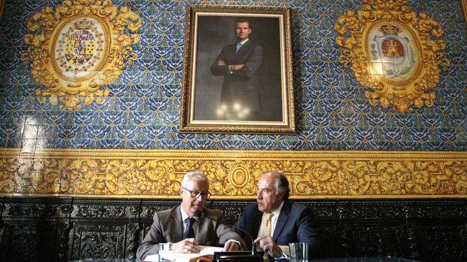 Juan Luis Belizón firma en el libro de honor del Consistorio junto a José Ignacio Landaluce.