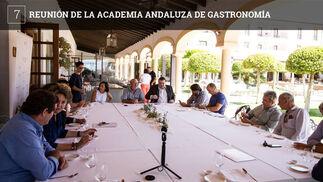 La Academia Andaluza de Gastronomía ha mantenido una reunión en la provincia de Cádiz con el objeto de que los académicos, expertos en esta cuestión, conozcan mejor la oferta de la zona y también para tratar temas de organización de la entidad, entre ellos la próxima celebración en Málaga de la asamblea anual. El encuentro, organizado por el conocido gastrónomo y académico, Antonio Colsa, ha recorrido establecimientos como Cataria en Chiclana, el restaurante del hotel Antonio en Zahara de los Atunes, la finca el Jardinillo de Benalup, para conocer la cría de ganado retinto, y también varios establecimientos de la ciudades de El Puerto y Cádiz como la taberna del chef del Mar, Toro Tapas, Código de Barra, Sonámbulo o la tabernita El Adobo.