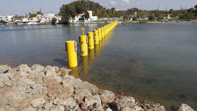 La barrera antinarcos construida en el río Guadarranque para impedir la entrada de embarcaciones.