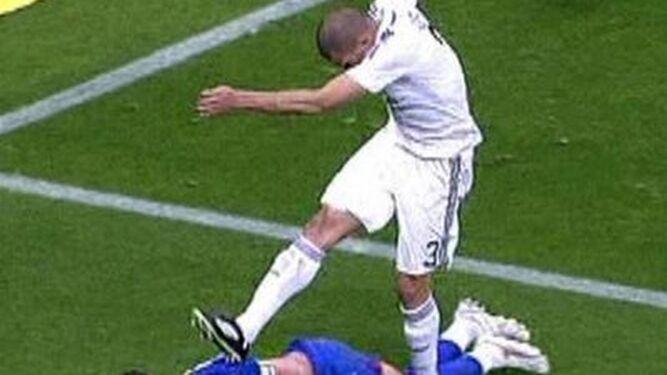 Dos capturas de la agresión de Pepe a Casquero en 2009.