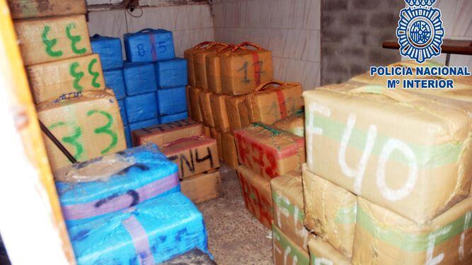 Los fardos de hachís que fueron localizados en el interior de la vivienda.
