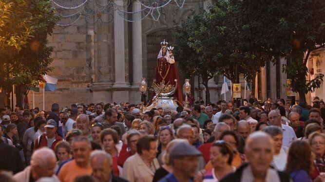 La Virgen de la Luz, ayer en la calles de Tarifa.