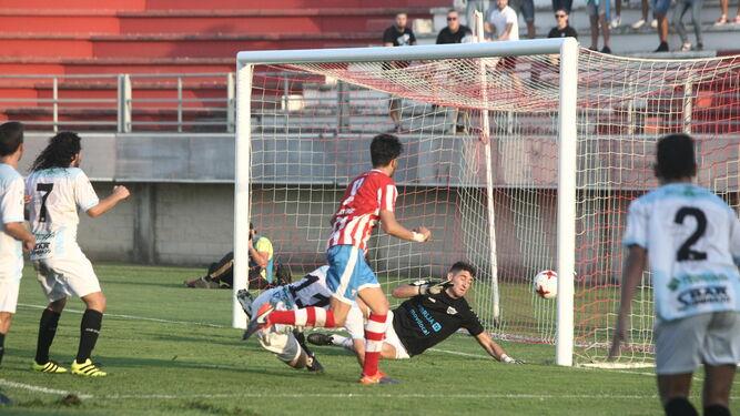 Albertito ve cómo el balón entra en la portería de Javi Gómez tras su remate que pone el 1-0.