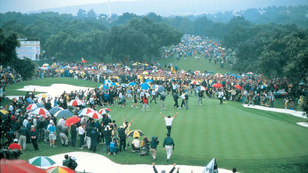 Explosión de júbilo de público y jugadores tras consumarse el triunfo del equipo europeo.