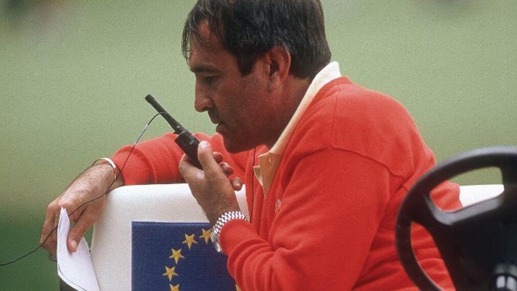 Severiano Ballesteros da instrucciones a través de un 'walkie talkie'.