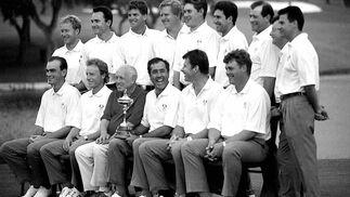 Los trece integrantes del equipo europeo, junto al propietario de Valderrama, Jaime Ortiz Patiño.