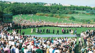 Los participantes en el acto inaugural, rodeados de público.