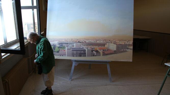En el estudio. Desde su lugar de trabajo, Antonio López disfruta de algunas de las vistas de Madrid que inmortaliza en sus lienzos. Esculturas y caballetes se disponen en una ordenada liturgia, que tampoco carece de vestuarios, fotografías ni del más escrupuloso silencio.