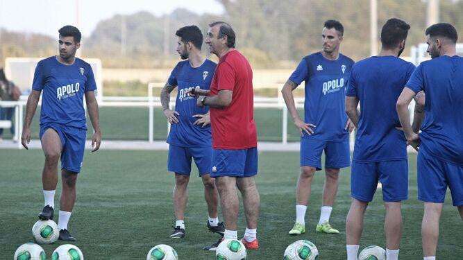 Jose-Antonio-Asian-jugadores-entrenamiento 1177692495 73226178 667x375.jpg 05e0cc465a5da