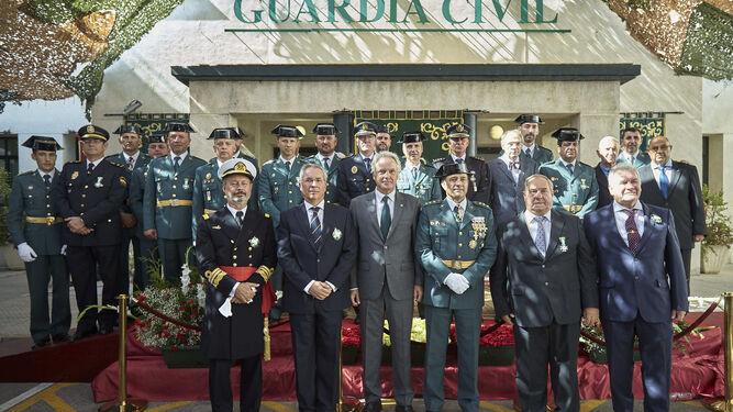 Algunos de los condecorados en el acto celebrado en la Comandancia de Cádiz con las autoridades