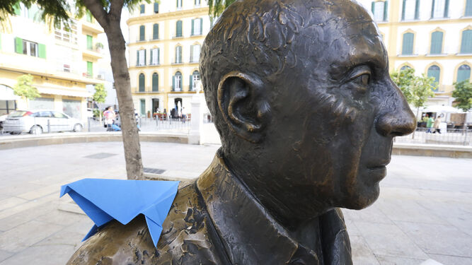 Una paloma de papel en la escultura de Picasso, en la plaza de la Merced.
