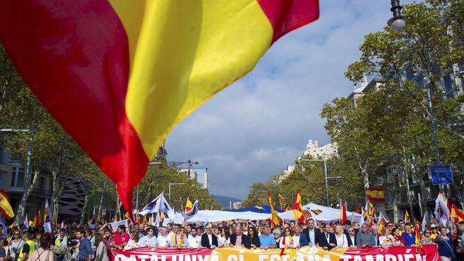 Cabecera de la manifestación que recorrió ayer Barcelona con el lema 'Catalunya sí, España también' con motivo del Día de la Hispanidad.