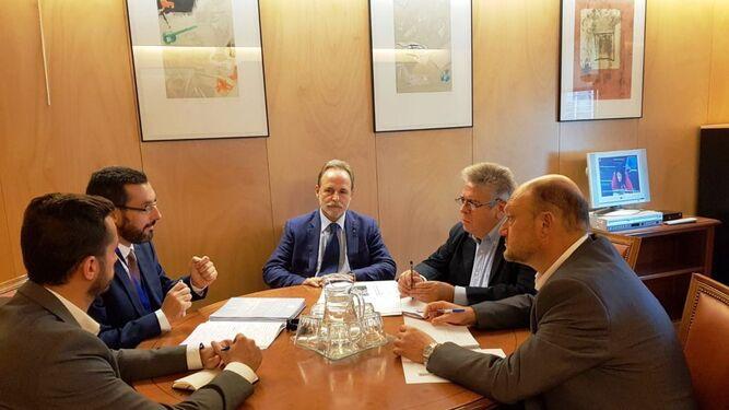 Juan Franco y Mario Fernández, reunidos con representantes del PSOE (izquierda) y de Unidos Podemos y Ciudadanos (fotografía de la derecha).
