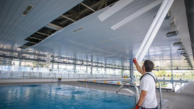 Las fuertes lluvias provocaron filtraciones que hicieron que se desprendiera parte del techo de la piscina de Astilleros, en la capital gaditana.