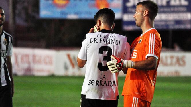 El meta Javi Montoya consuela a Luis Madrigal tras anotar éste en propia el tanto del Villanovense.