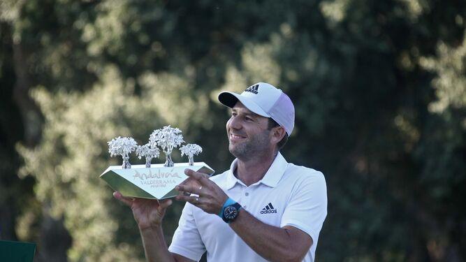 Sergio García levanta el trofeo del Andalucía Valderrama Masters, ayer en el campo sanroqueño.