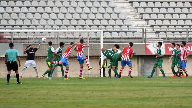 El defensa albirrojo Salas cabecea el primer gol del Algeciras, ayer en el partido ante el Guadalcacín.