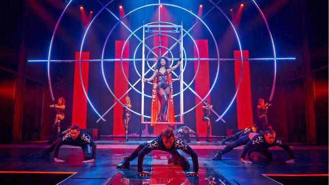 Un concierto espectacular. La escenografía con grandes pantallas es uno de los factores que explica el éxito de esta versión musical de 'El guardaespaldas'. En las imágenes inferiores, Iván Sánchez y Maxi Iglesias con Fela Domínguez.