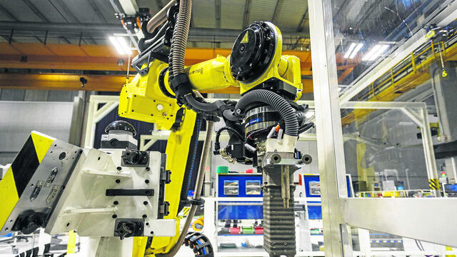 Puerto real luce el primer robot 39 marca 39 airbus for Gimnasio 360 puerto real