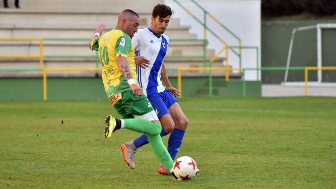 Copi se dispone a lanzar a puerta en el partido de ayer, el de su debut con la UD Los Barrios.