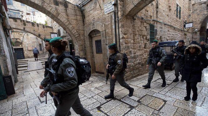 Policías fronterizos israelíes patrullaban ayer el casco viejo de Jerusalén.