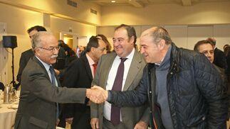 Manuel Morón saluda a Jorge Romero junto a Tomás Valiente.