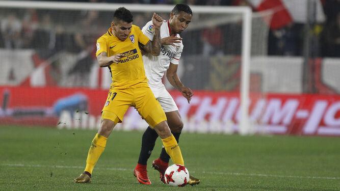 Muriel presiona a Correa.