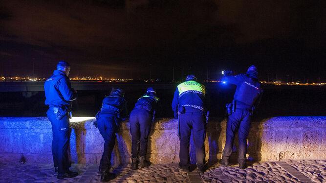 La lancha de la Guardia Civil, en las inmediaciones del Puente Zuazo, ya de noche.