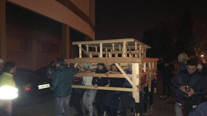 Imagen de uno de los ensayos de los costaleros, en la Plaza de Toros.
