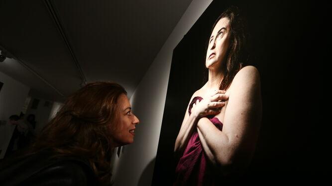 Un formato original. Diversas composiciones fotográficas realizadas por Laura León y José Antonio de Lamadrid, que posan en la imagen central junto con el presidente de la Fundación Cajasol Antonio Pulido.
