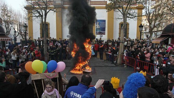 La Concha Fina arde ayer en la plaza de la Iglesia de La Línea.