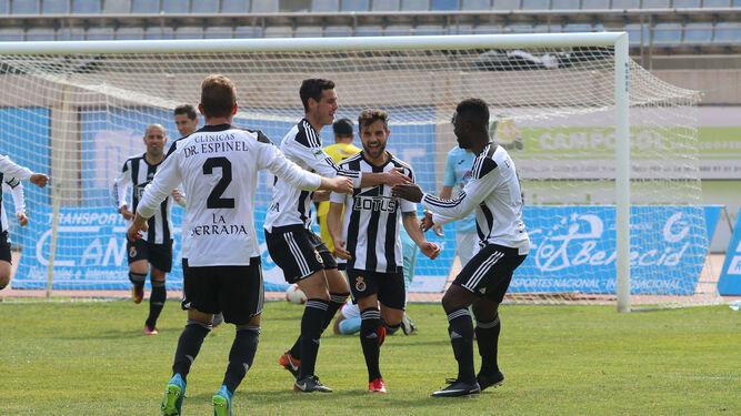 Maurí Franco, que debutaba esta temporada, golpea el balón ante un jugador del CD El Ejido.