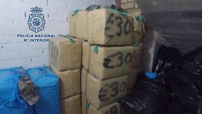 Varios paquetes de droga, en el interior de la nave.