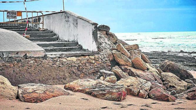 Estado en que se encuentra uno de los accesos a la playa de Caños de Meca.