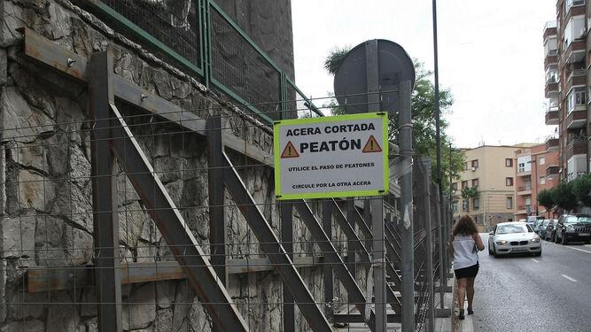 Una estructura de hierro contiene el muro exterior de la Escuela de Arte para que no se desplome.