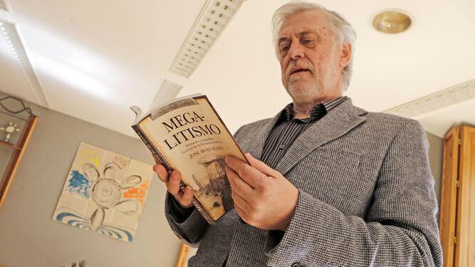José Ruiz Mata posa con su nuevo libro en 'ArteaDiario'.