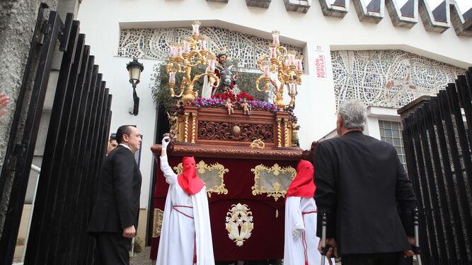 El capataz Pepe Alcalá (dcha.) manda el paso de Jesús del Amor a la salida de la iglesia el pasado Domingo de Ramos.