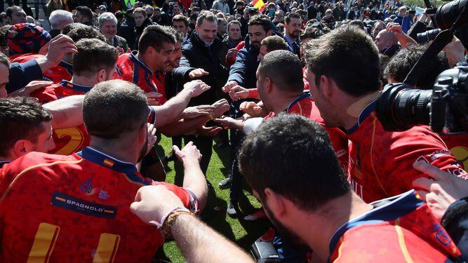 Los jugadores de la selección española de rugby celebran con el rey Felipe  VI el triunfo ante Alemania. 7547011fcdc