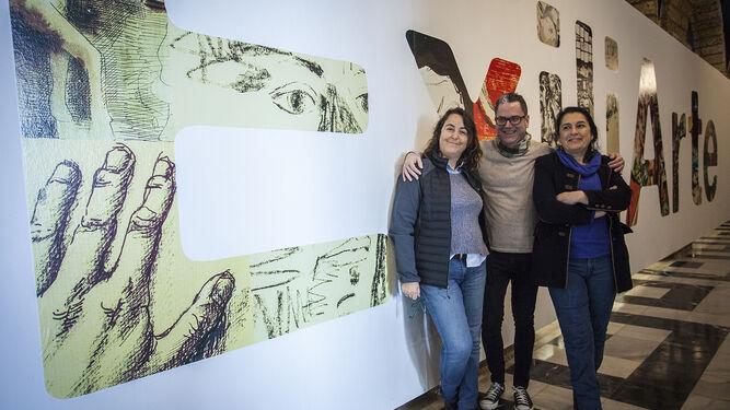 Los diseñadores Arantxa Morales y Javier Reina junto a la comisaria de la exposición 'Exiliarte', Carmen Bustamante, en la muestra que se exhibe en los Claustros de Diputación.