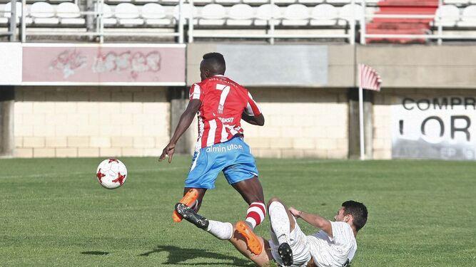 Moussa derribado por Mariño en el penalti que transformó Tano, ayer en el Nuevo Mirador.