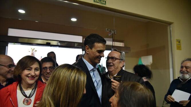 Pedro Sánchez escucha a un militante socialista, a su llegada a la asamblea.