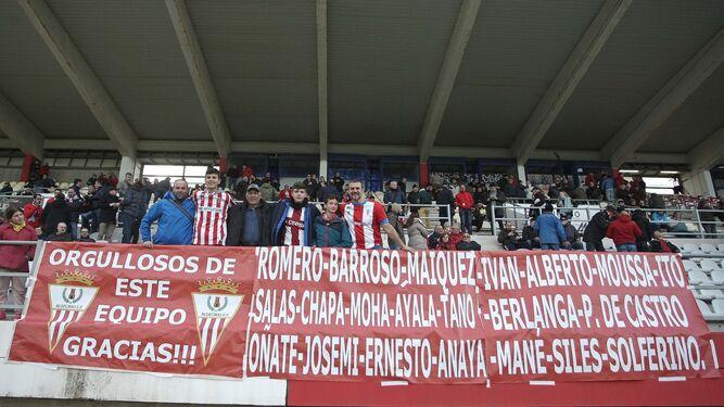 Las pancartas de apoyo que estos dos seguidores trajeron desde Murcia a Algeciras.
