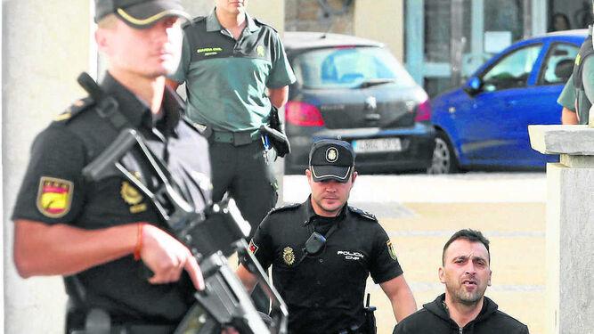 Uno de los miembros de la banda de 'El Ojos' a su entrada al Palacio de Justicia gaditano.