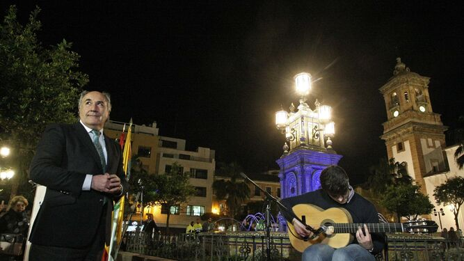 El alcalde de Algeciras, José Ignacio Landaluce, y el guitarrista José Antonio Carrasco, junto a la fuente, ayer.