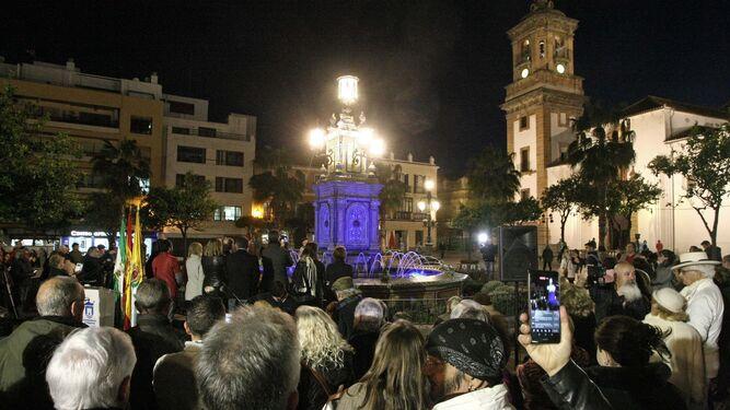 Numeroso público en la reinauguración de la fuente.
