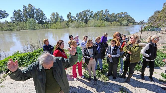 Vecinos de La Corta, en Jerez, ayer concentrados en la ribera del Guadalete.