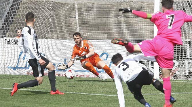 El meta Alberto intercepta un disparo del visitante Sebas Moyano.